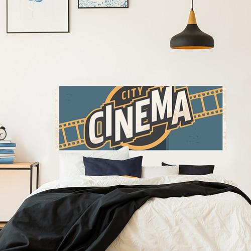 Sticker Cinéma pour tête de lit sur mur blanc au-dessus d'un lit blanc et noir