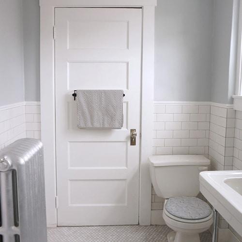 Sticker briques de mur blanches pour abattant de toilette dans une salle de bain