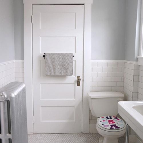 Sticker USA avec coeurs pour abattant de toilette dans une salle de bain