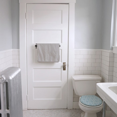 Sticker baroque bleu pour abattant de toilette dans une salle de bain