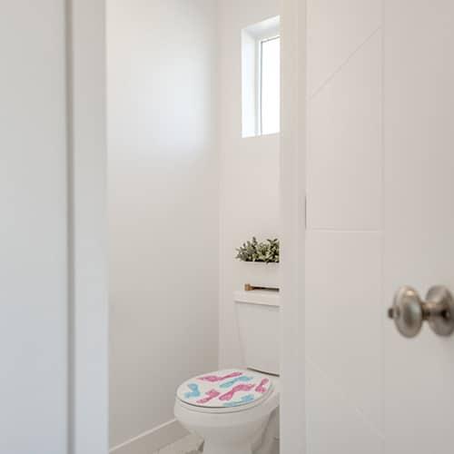 Sticker traces de pied rose et bleu pour abattant de toilette