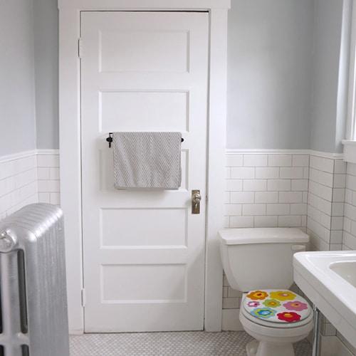 Sticker abattant de toilette fleurs de couleurs dans une salle de bain
