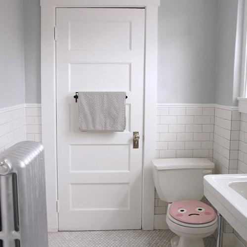 Sticker Smiley Emotif Rose collé aux WC