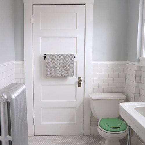 Sticker adhésif smiley satisfait vert collé aux WC