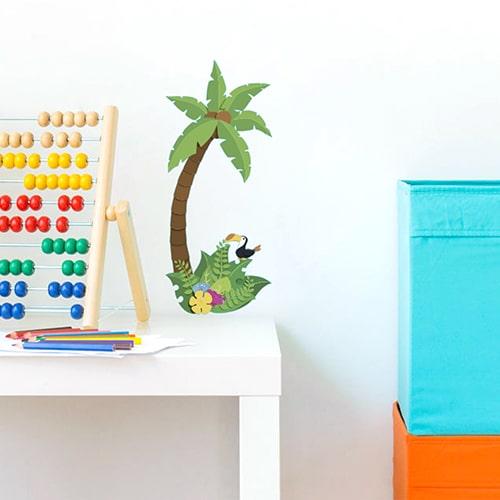 Adhésif mural palmier pour enfant mis en ambiance dans une chambre pour bébé