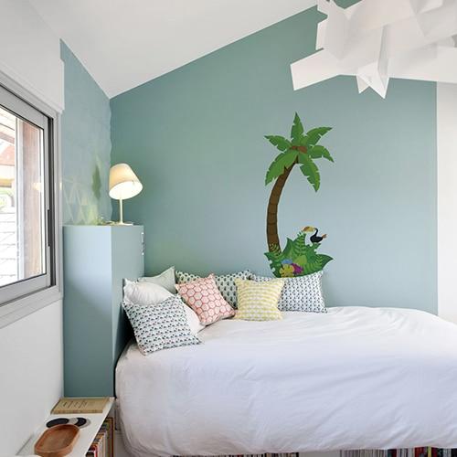 Autocollant mural palmier pour enfant mis en ambiance dans une chambre