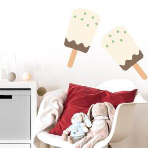 stickers muraux pour enfant esquimau glace chocolat vanille et tâches de pistache mis ambiance sur un mur clair