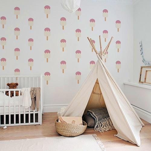 Mosaïque de stickers muraux vanille fraise pour enfants mis en ambiance dans une chambre de bébé aux murs clairs