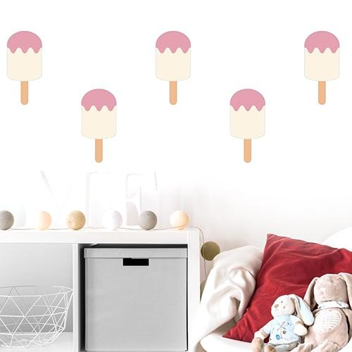 Autocollants muraux vanille fraise pour enfants mis en ambiance dans une chambre de bébé aux murs clairs
