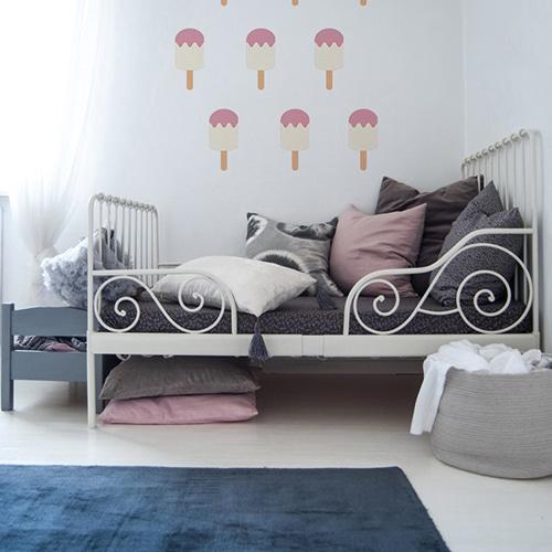 Adhésifs muraux vanille fraise pour enfants mis en ambiance dans une chambre de bébé aux murs blancs