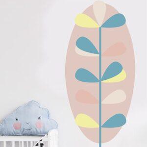 Autocollant mural feuille pour enfants mis en ambiance sur un mur blanc d'une chambre de bébé