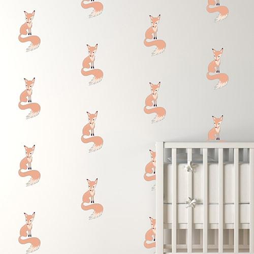 Mosaïque de Stickers muraux Renard pour enfants mis en ambiance sur le mur clair d'une chambre de bébé
