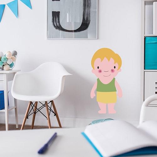 autocollant mural pour enfant petit garçon Blond aux joues roses mis en ambiance dans la déco d'une chambre pour enfants