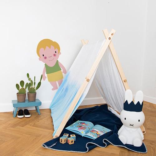 Sticker mural pour enfant petit garçon Blond aux joues roses mis en ambiance dans une chambre pour enfants aux murs blancs