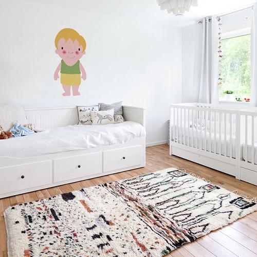 Adhésif mural pour enfant petit garçon Blond aux joues roses mis en ambiance dans une chambre pour enfants aux murs blancs