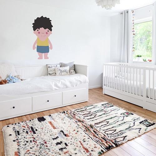 Adhésif mural pour enfant petit garçon Brun aux joues roses mis en ambiance dans une chambre pour enfants aux murs blancs