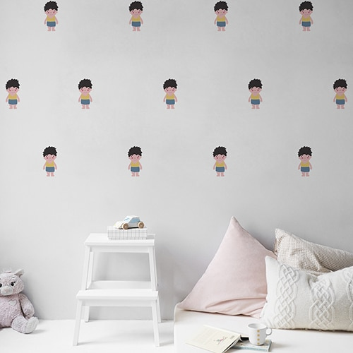 Mosaïque de Stickers muraux pour enfant petit garçon Brun aux joues roses mis en ambiance dans une chambre pour enfants aux murs blancs