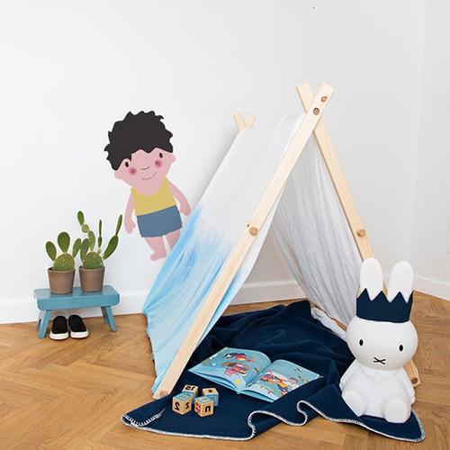 Sticker mural pour enfant petit garçon Brun aux joues roses mis en ambiance dans une chambre pour enfants aux murs blancs