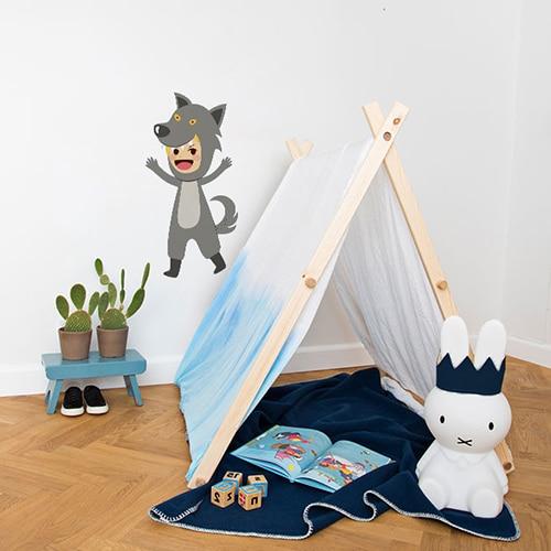 Sticker mural enfant déguisé en loup mis en ambiance dans une chambre pour enfant aux murs blancs