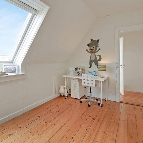 autocollant mural enfant déguisé en loup mis en ambiance dans une chambre pour enfant aux murs blancs avec bureau