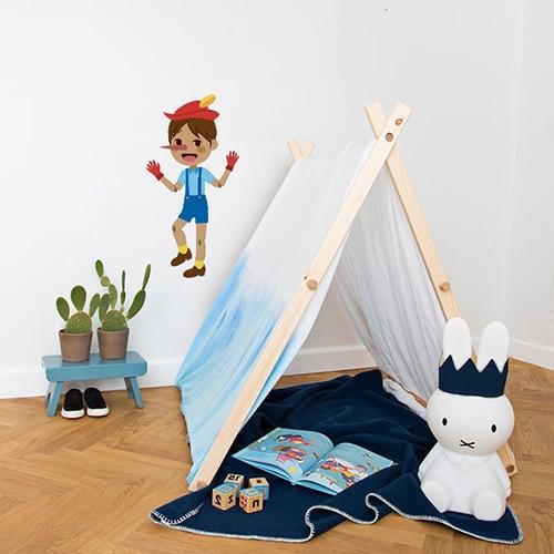 autocollant mural Pinocchio pour enfants mis en ambiance dans une chambre aux murs blancs