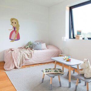 autocollant mural Sticker Princesse pour enfants mis en ambiance dans une chambre de petite fille aux murs blanc