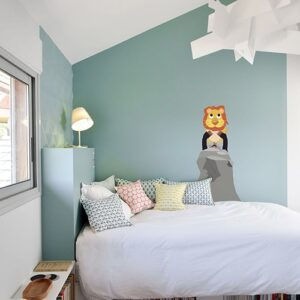 Sticker Roi Lion pour enfants mis en ambiance dans une chambre aux murs clairs