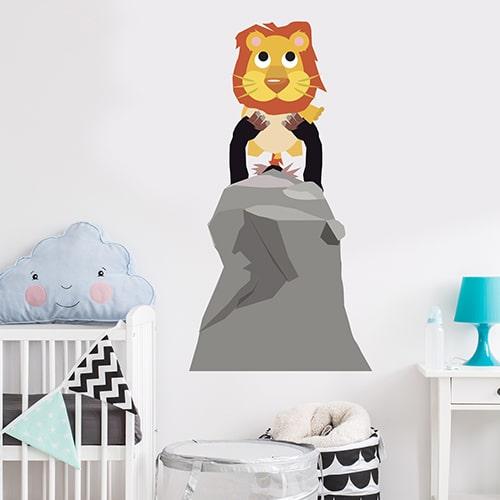 adhésif mural Roi Lion pour enfants mis en ambiance dans une chambre pour enfant aux murs blancs