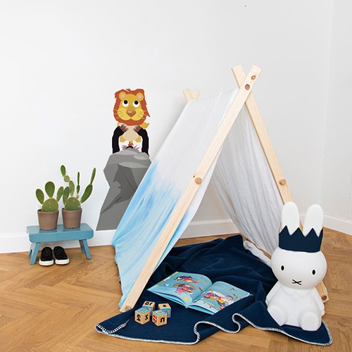 autocollant mural Roi Lion pour enfants mis en ambiance dans une chambre pour enfant aux murs blancs