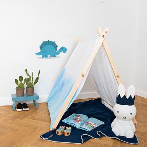 autocollant mural Dinosaure Bleu pour enfants mis en ambiance dans une chambre d'enfants aux murs blancs