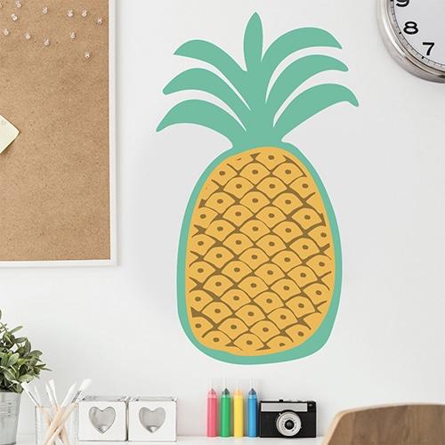 Sticker mural ananas pour enfants mis en ambiance sur un mur clair