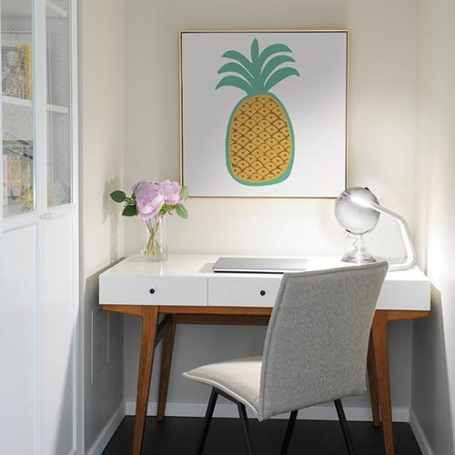 sticker ananas pour enfants encadré sur fond blanc au dessus d'un bureau