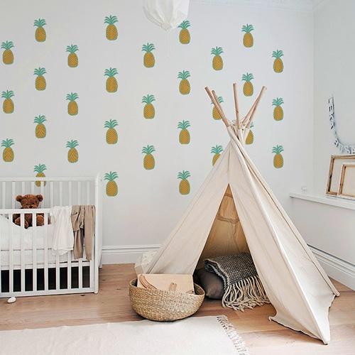mosaique de sitckers ananas mis ambiance dans une chambre aux murs blancs