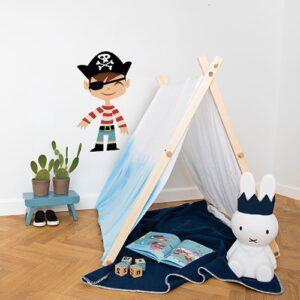sticker mural Garçon Pirate pour enfants mis en ambiance dans une chambre pour enfants aux murs blancs