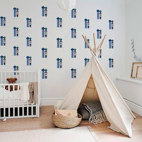 Mosaïque de stickers Temple pour enfants mis en ambiance dans une chambre de bébés aux murs blancs