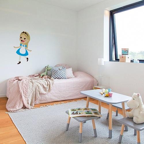 adhésif mural Alice pour enfants mis en ambiance dans une chambre d'enfants aux murs blancs