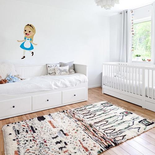 autocollant mural Alice pour enfants mis en ambiance dans une chambre de bébé aux murs blancs