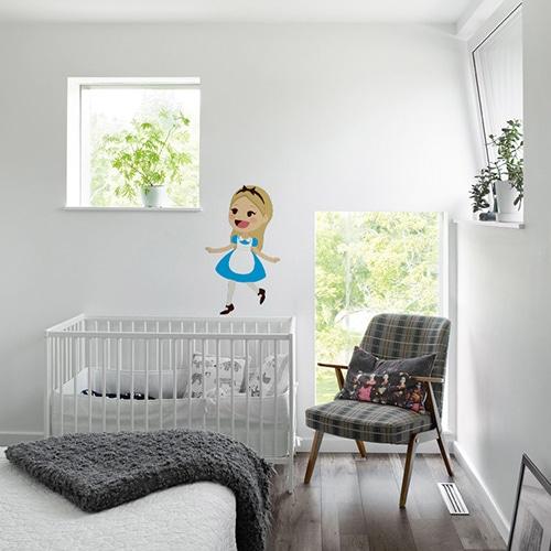 Sticker mural Alice pour enfants mis en ambiance dans une chambre de bébé aux murs blanc