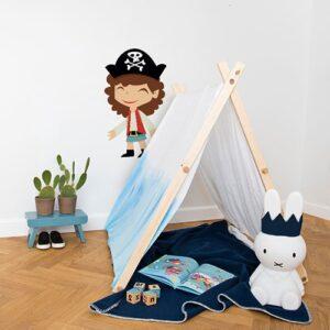 adhésif mural pirate fille pour enfants mis en ambiance dans une chambre pour enfants aux murs blancs