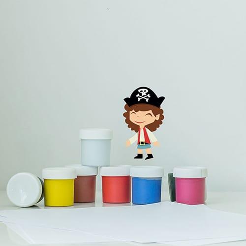 adhésif pirate fille pour enfants mis en ambiance sur murs blancs