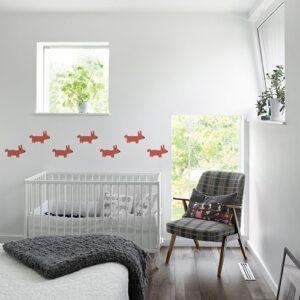 Mosaïque de Stickers dessin chien Orange pour enfants mis en ambiance sur mur blanc