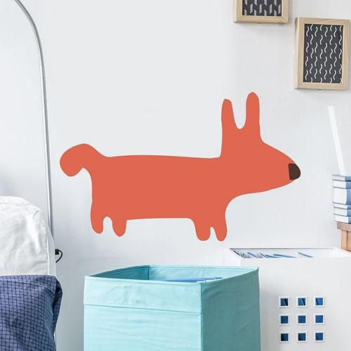 autocollant mural dessin chien Orange pour enfants mis en ambiance sur mur blanc