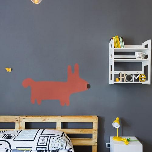 Sticker mural dessin chien Orange pour enfants mis en ambiance sur mur gris foncé