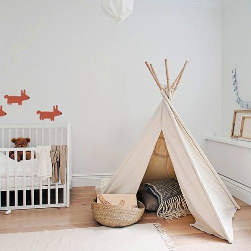 Stickers dessin chien Orange pour enfants mis en ambiance dans une chambre pour bébé