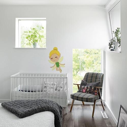 adhésif mural Fée Clochette pour enfants mis en ambiance sur un mur blanc dans une chambre de bébés
