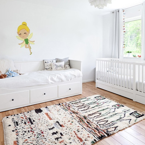 Sticker mural Fée Clochette pour enfants mis en ambiance sur un mur blanc