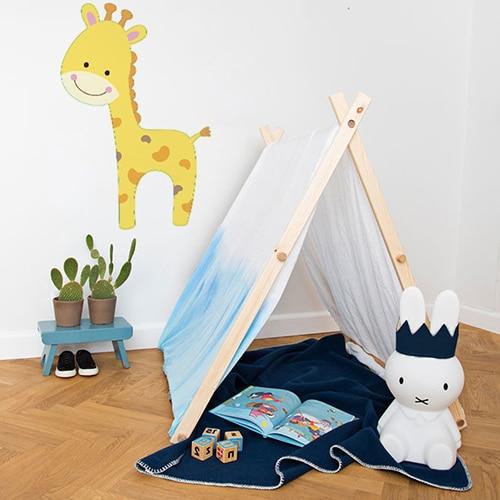 autocollant mural girafon pour enfants mis en ambiance dans une chambre pour enfants