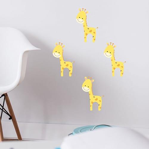 Quatre stickers Girafon pour enfant mis en ambiance sur un mur blanc