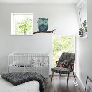 autocollant mural pour enfant hibou sur une branche dans une chambre pour bébé aux murs blancs