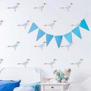 Mosaïque de stickers mouette pour enfant mis en ambiance sur le mur clair blanc d'une chambre